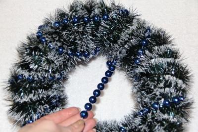Рождественский венок над входной дверью «Синий иней»
