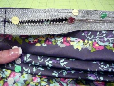 5) Пришиваем к сумочке подкладку. .  Подкладку сразу сшиваем по трем сторонам, верхнюю часть, остающуюся открытой...